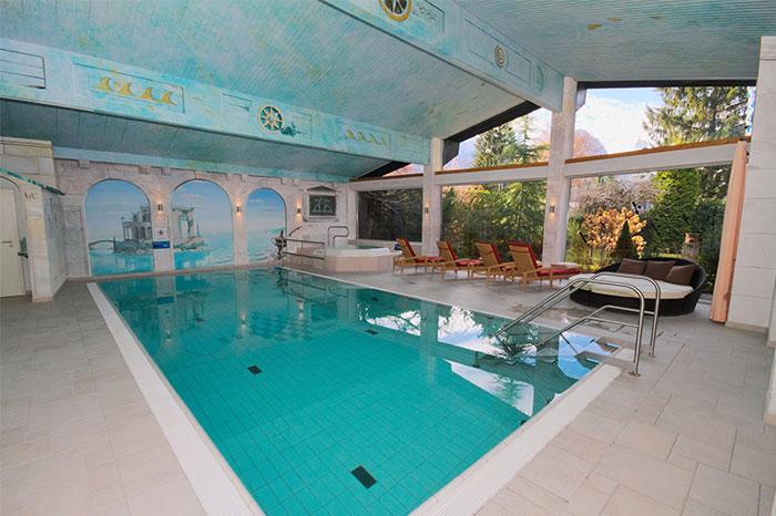 Schwimmbad mit Whirlpool im Wellnessbereich